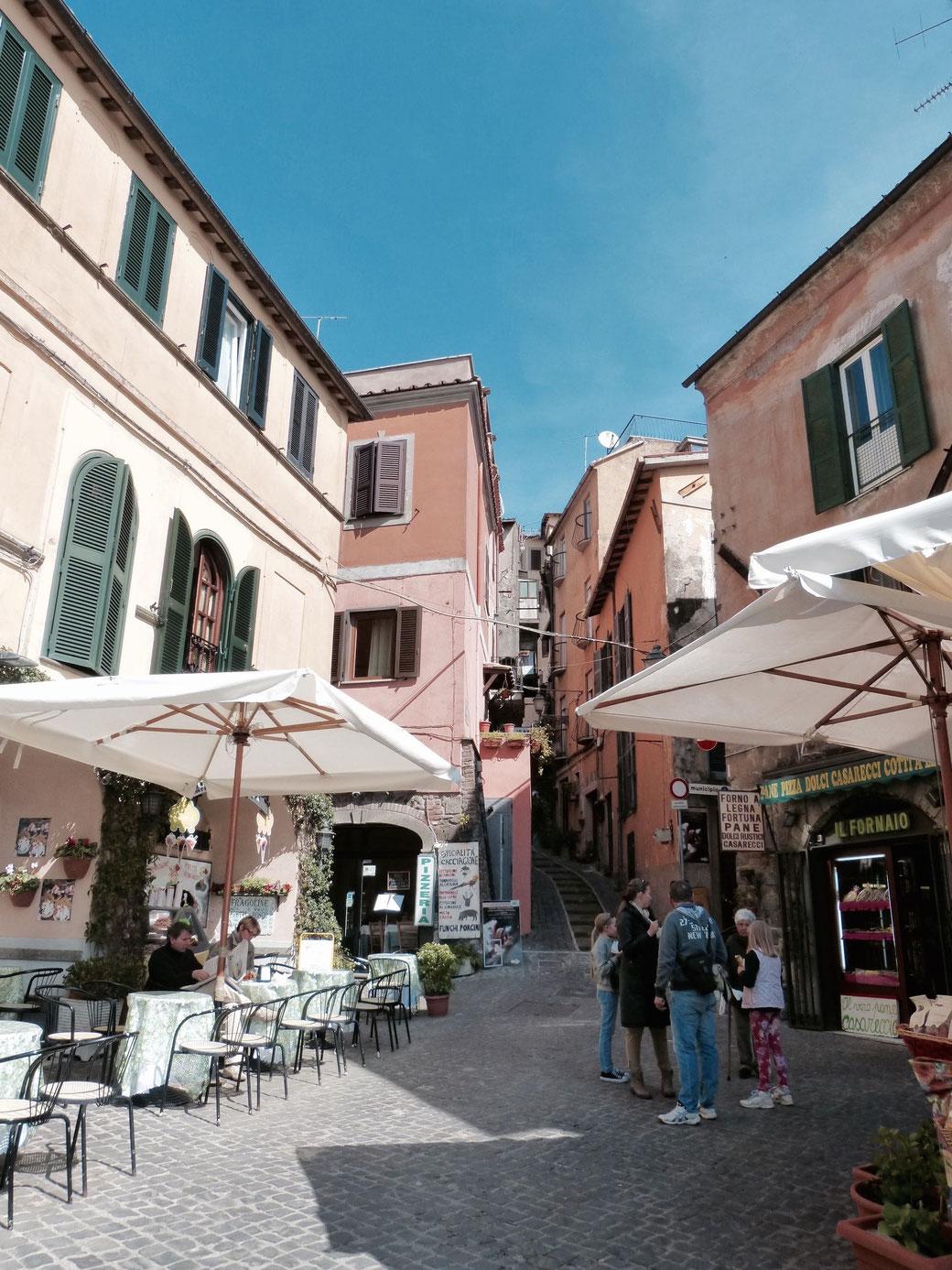 In dem bezaubernden Nemi reiht sich ein Café ans nächste. Einige davon bieten einen tollen Ausblick auf den Nemisee.