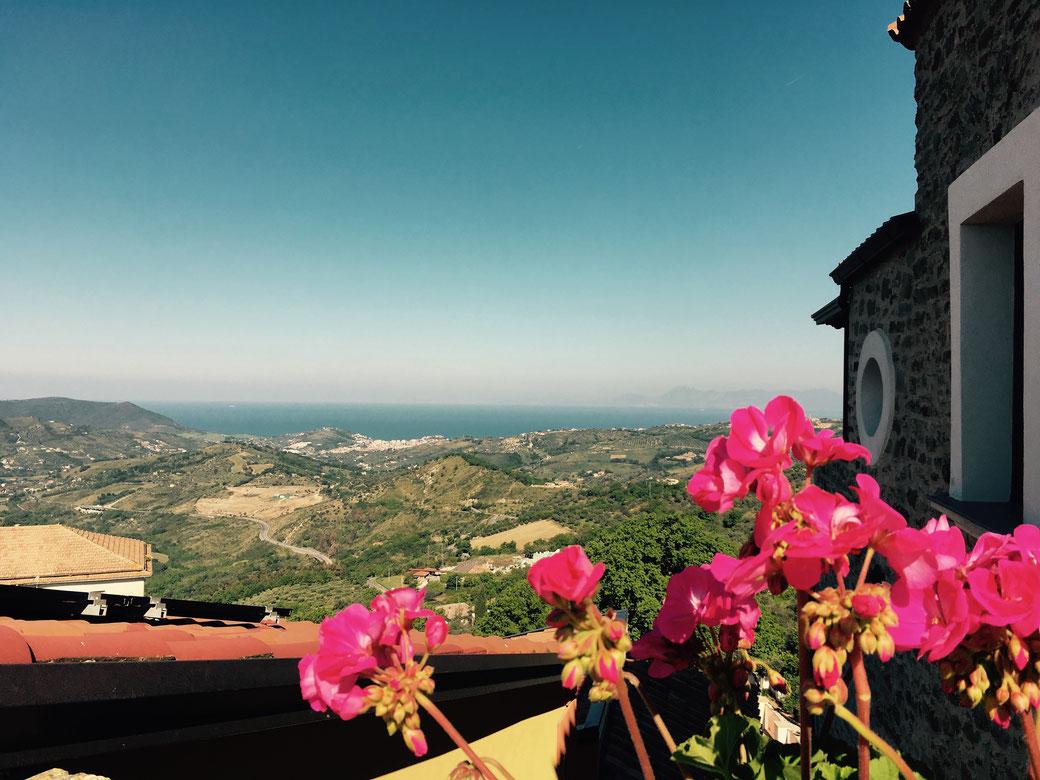 Urlaub im Cilento - Was ein Meerblick! Der helle Fleck im Grün bevor das Blau anfängt ist übrigens die Stadt Agropoli.