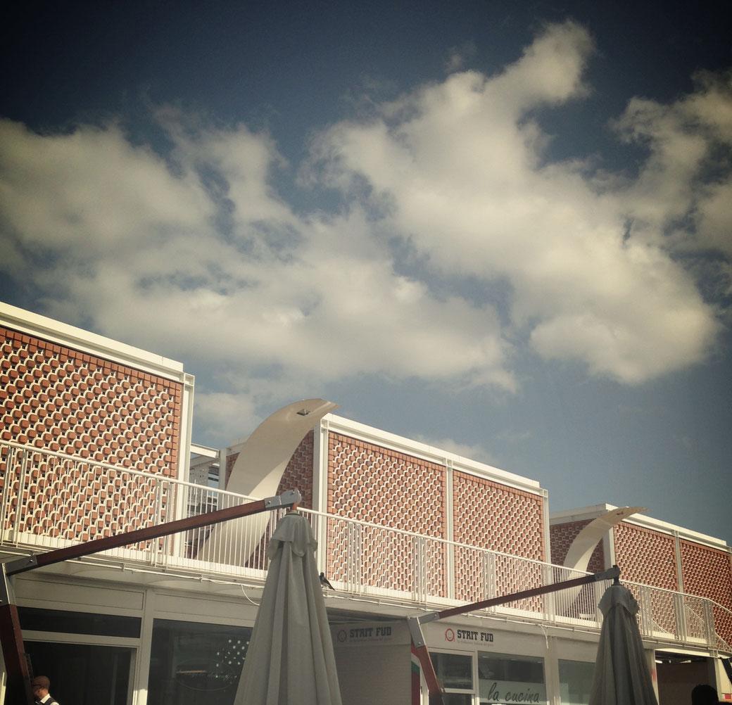 Rom - Das Stadtviertel Testaccio und die modernen Dächer des neuen Wochenmarktes