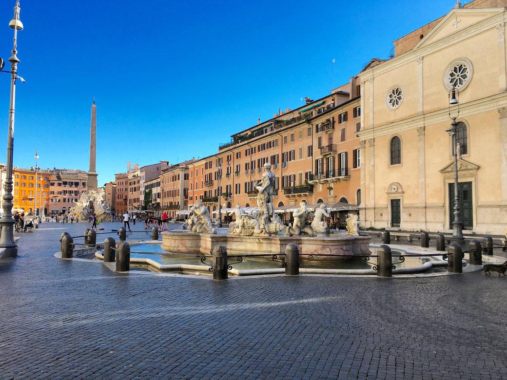 Piazza Navona: Eine der lebendigsten Sehenswürdigkeiten im Centro storico. Nur am frühen Morgen geht es rund um den Vierströmebrunnen ruhig zu.