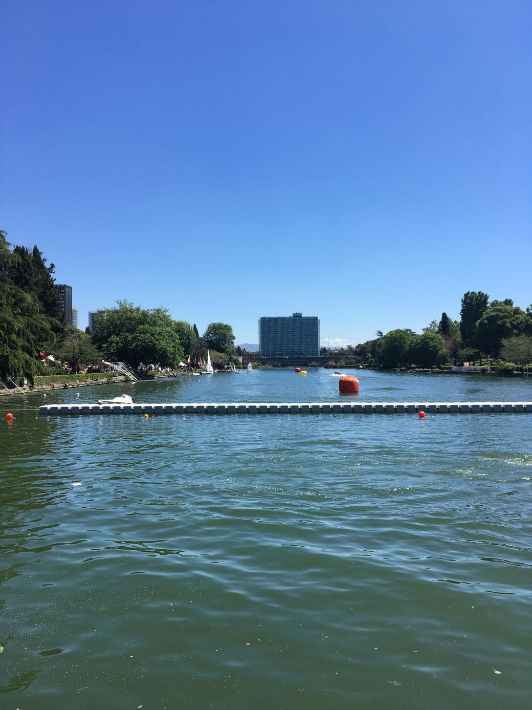 Der künstliche See in EUR dient den Römern als Naherholungsgebiet. Die Metro B hat eine Haltestelle direkt am Ufer.