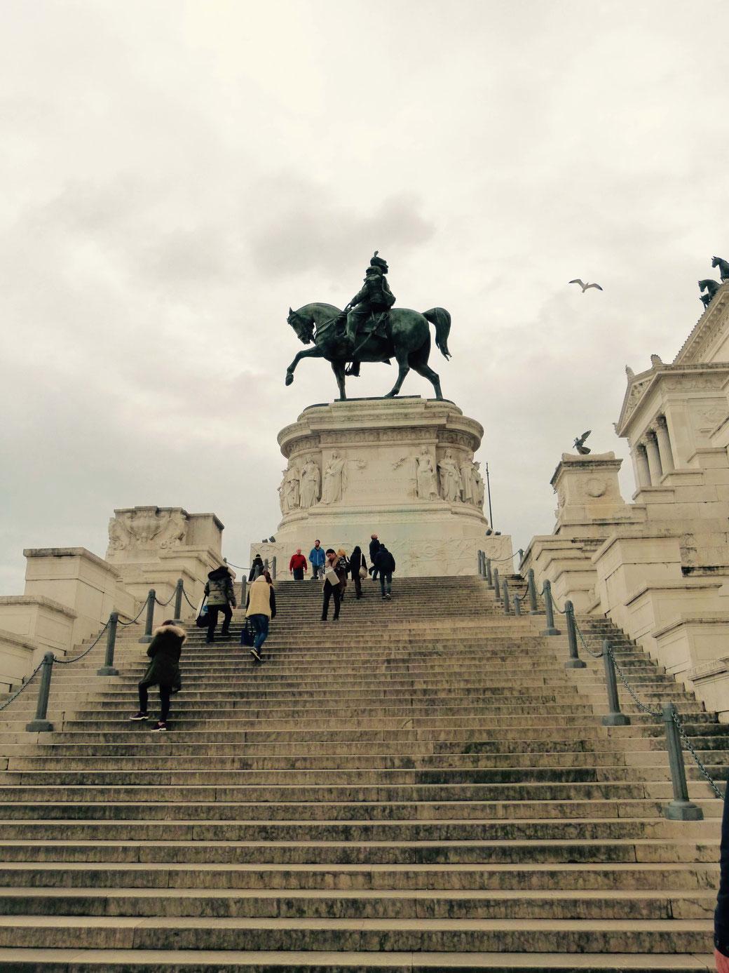 Allein das Pferd, auf dem der erste König Italiens trohnt, ist so groß, dass in dessen Bauch Bauarbeiter an einem Tisch gemütlich Pause machen konnten.