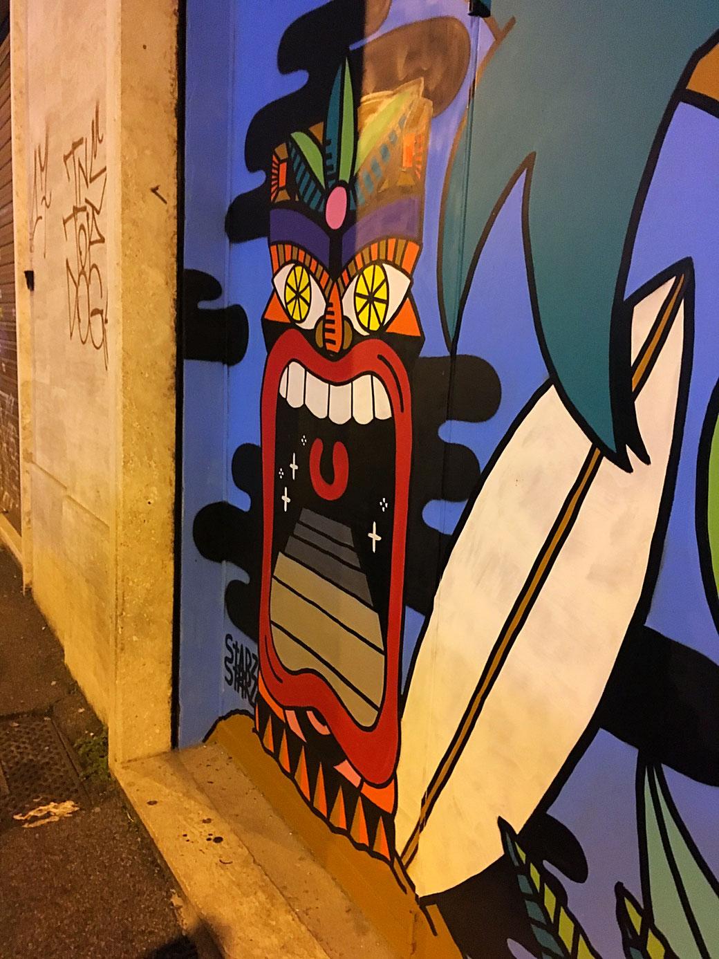 Der Eingang zur Makai Surf & Tiki Bar ist kaum zu verfehlen.
