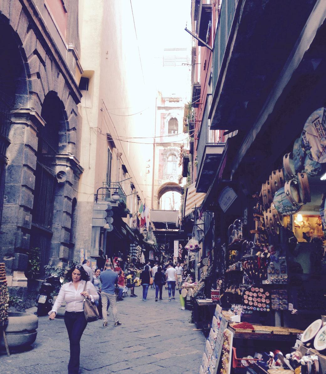 In den engen Gassen von Neapel weiß man gar nicht wohin man zuerst schauen soll!