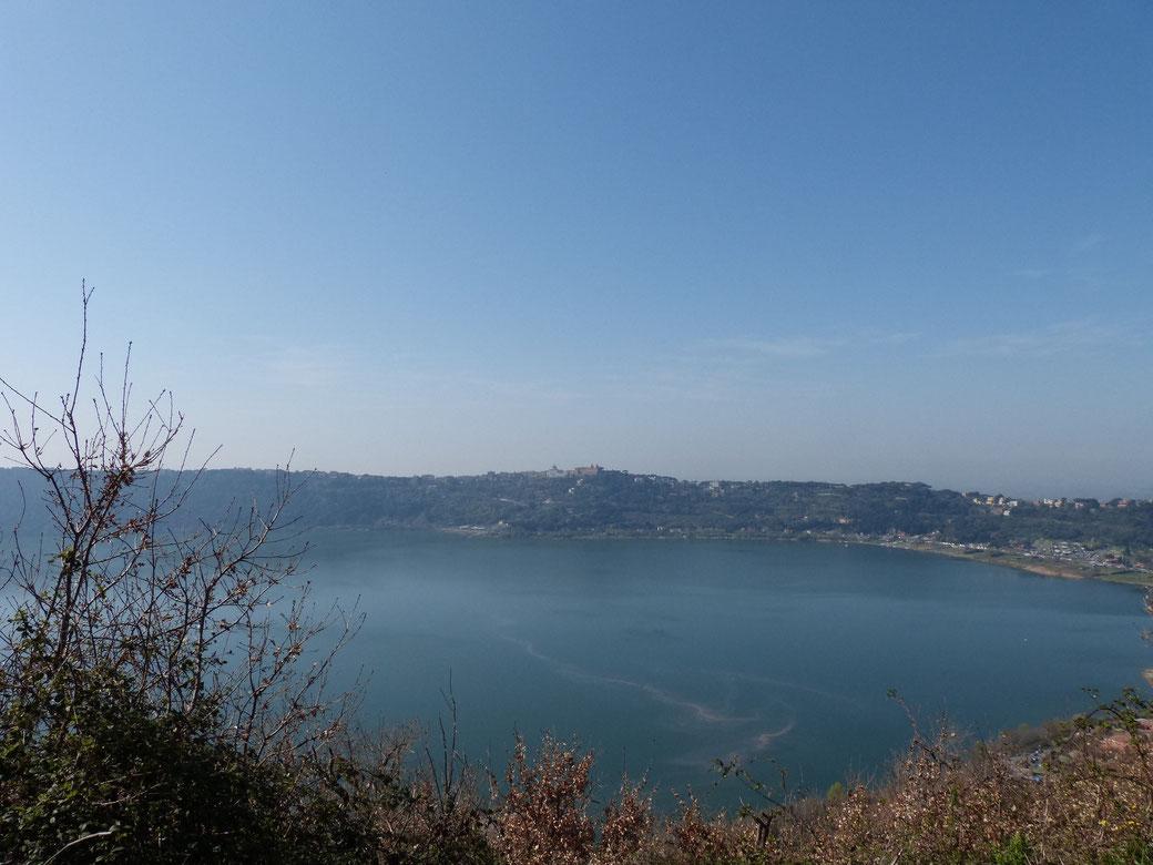 Auf dem Weg über die Via dei Laghi bieten sich tolle Ausblicke auf den Lago Albano und Castel Gandolfo.
