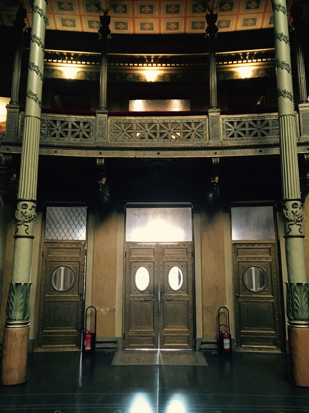 Durch goldene  Bullaugen-Türen betritt man den kreisrunden Hauptsaal