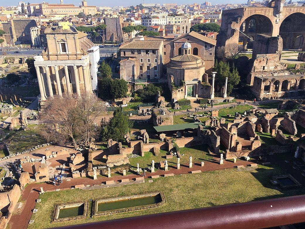 Die große Aussichtsterrasse bietet spektakuläre Blicke auf das Forum Romanum und die Ewige Stadt