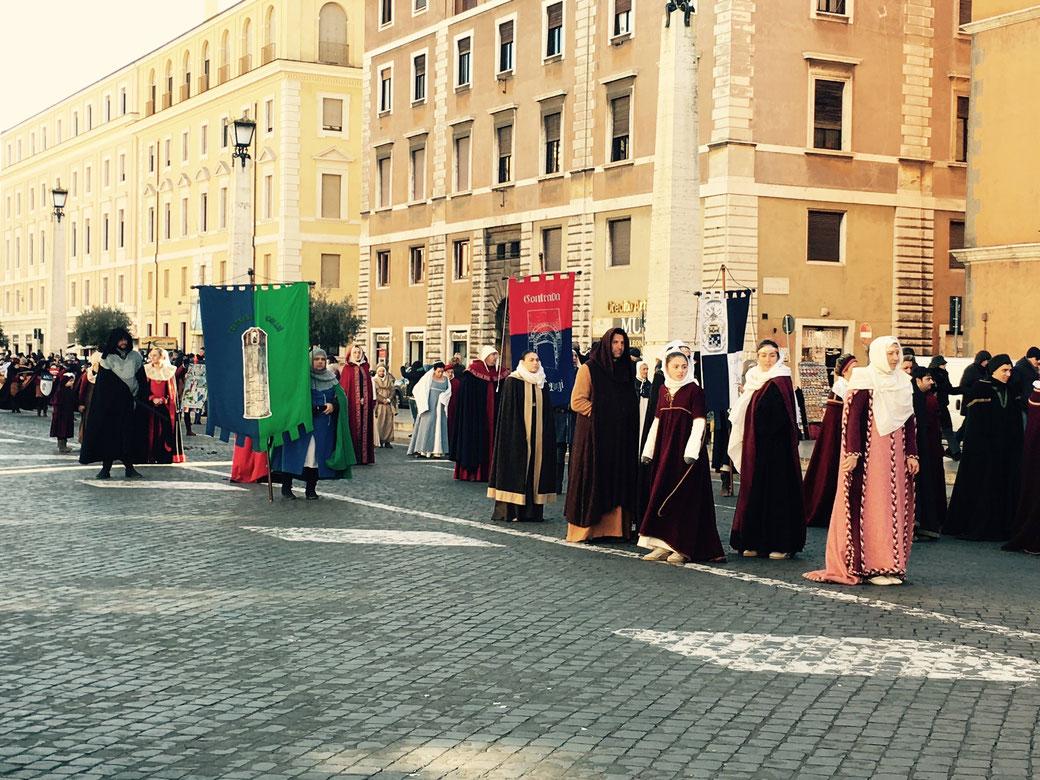 Traditionell findet am 6. Januar am Vormittag ein Historienumzug zwischen der Engelsburg und dem Petersdom statt.