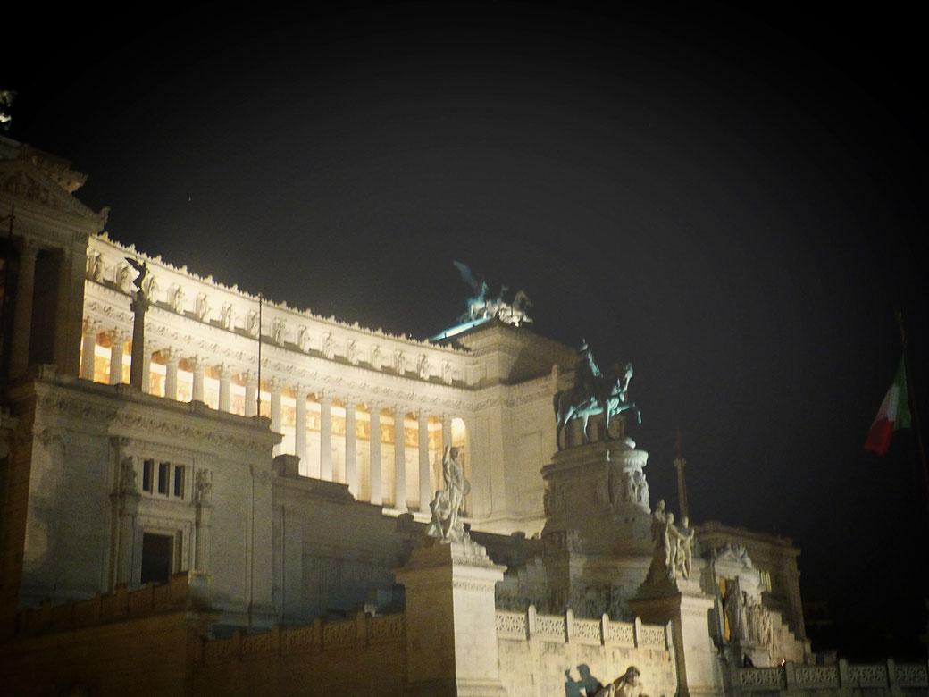 Das schneeweiße Vittoriano an der Piazza Venezia bei Nacht.