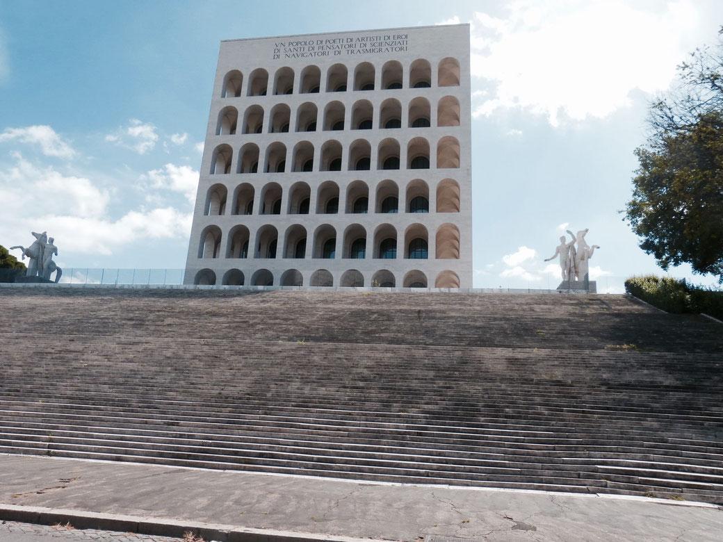 In dem sogenannten quadratischem Kolosseum residiert die Nobelmarke FENDI