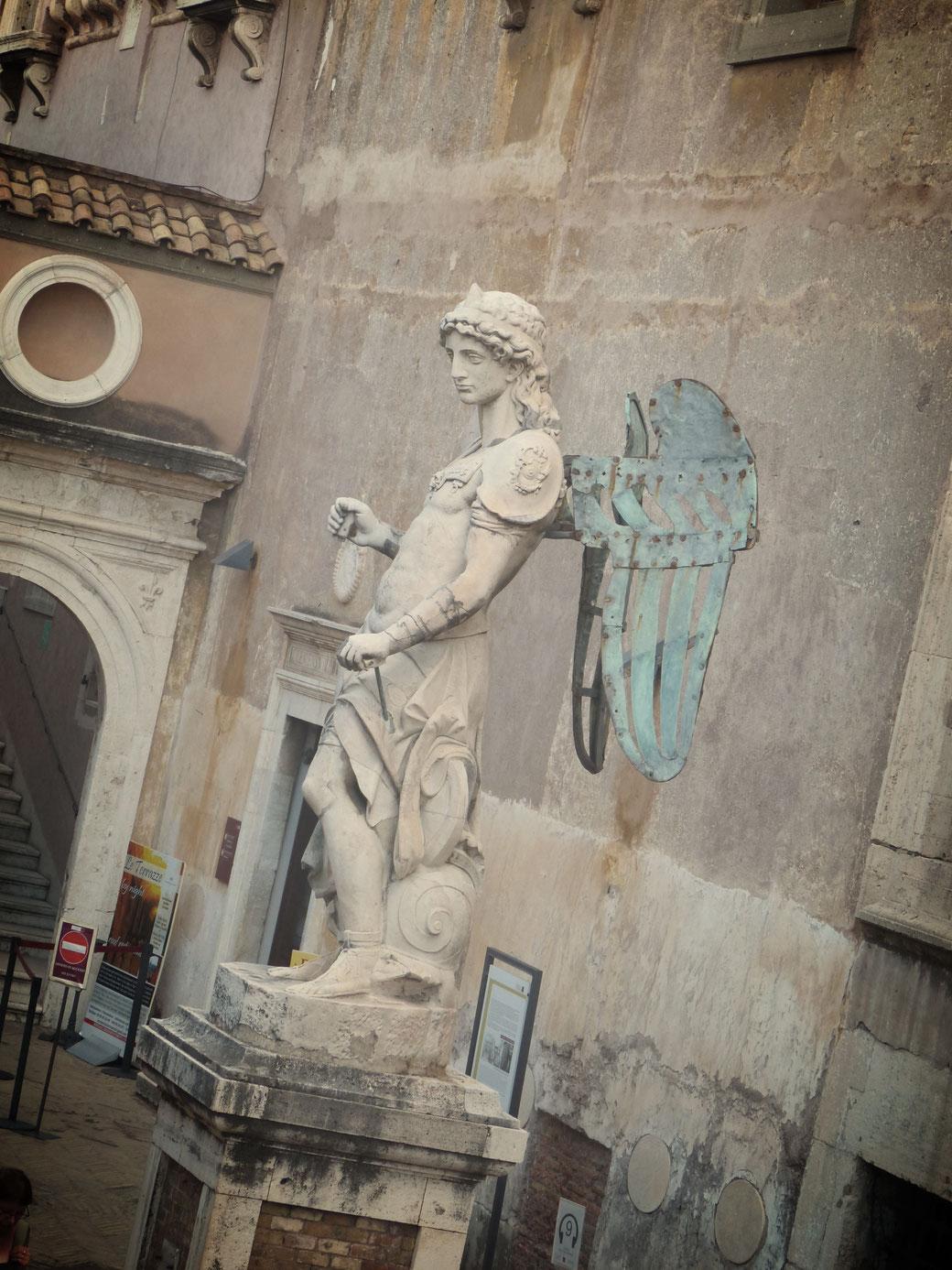 Ein Erzengel im Hof der Engel. Er krönte über 150 Jahre lang die Engelsburg, bevor die Marmorstatue 1752 der heutigen Bronzefigur weichen musste.