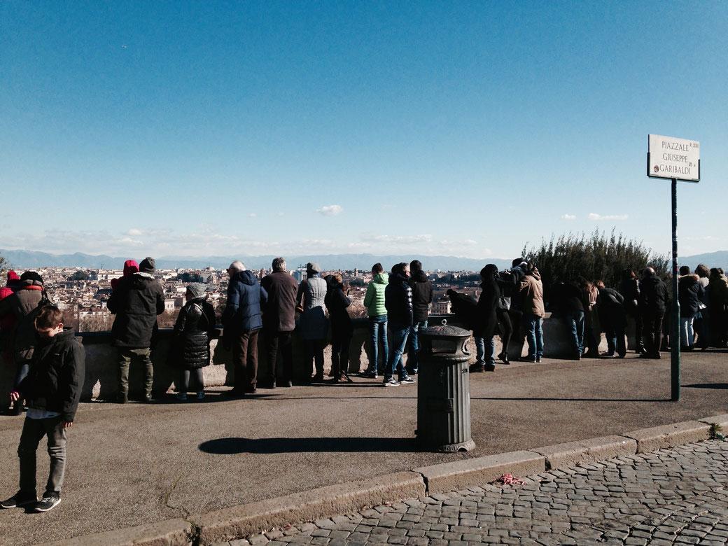 Beliebte Plätze in der ersten Reihe: Die Aussichtsterasse auf dem Gianicolo zu Füßen des Garibaldi Denkmals.