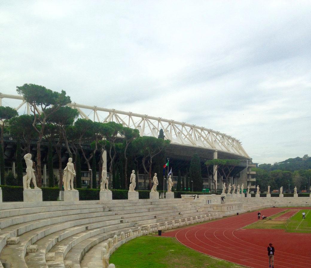 Wenn im Mamorstadion keine Wettkämpfe stattfinden, machen hier die Römer Sport und ihre Kinder lernen Fahrradfahren.
