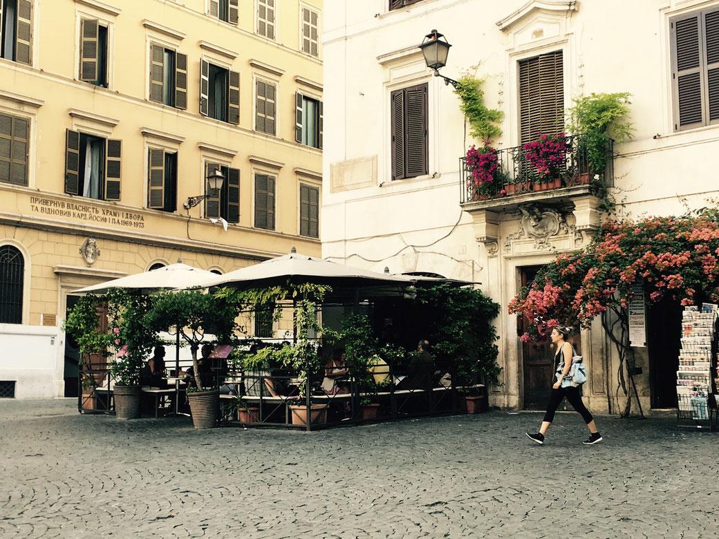 Am Abend wird die pittoreske Piazza della Madonna dei Monti zum Treffpunkt der Nachtschwärmer