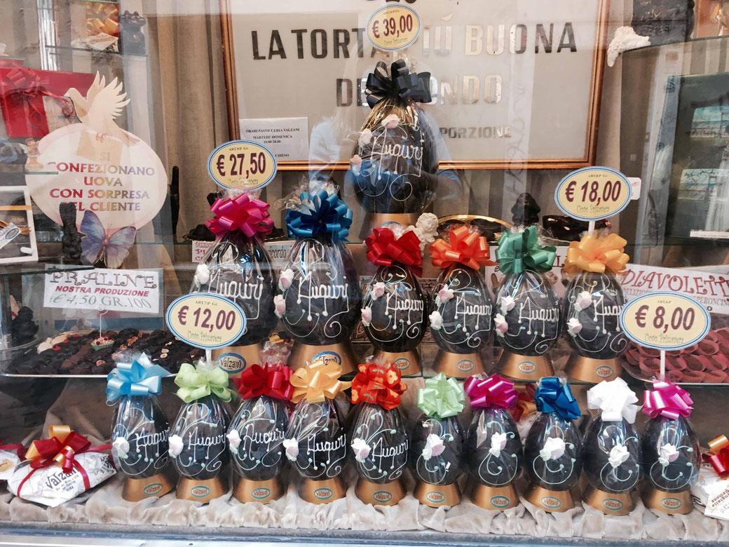 Osterspaß - Schokoeier in der Auslage der Traditionsbäckerei Valzani in Trastevere