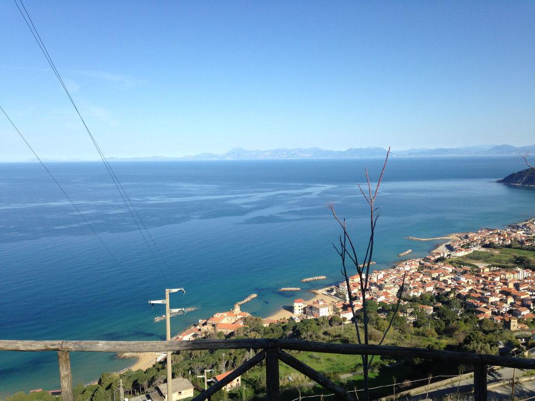 Castellabate im Cilento - Bei guter Sicht schaut man hinüber bis zur Amalfi Küste.