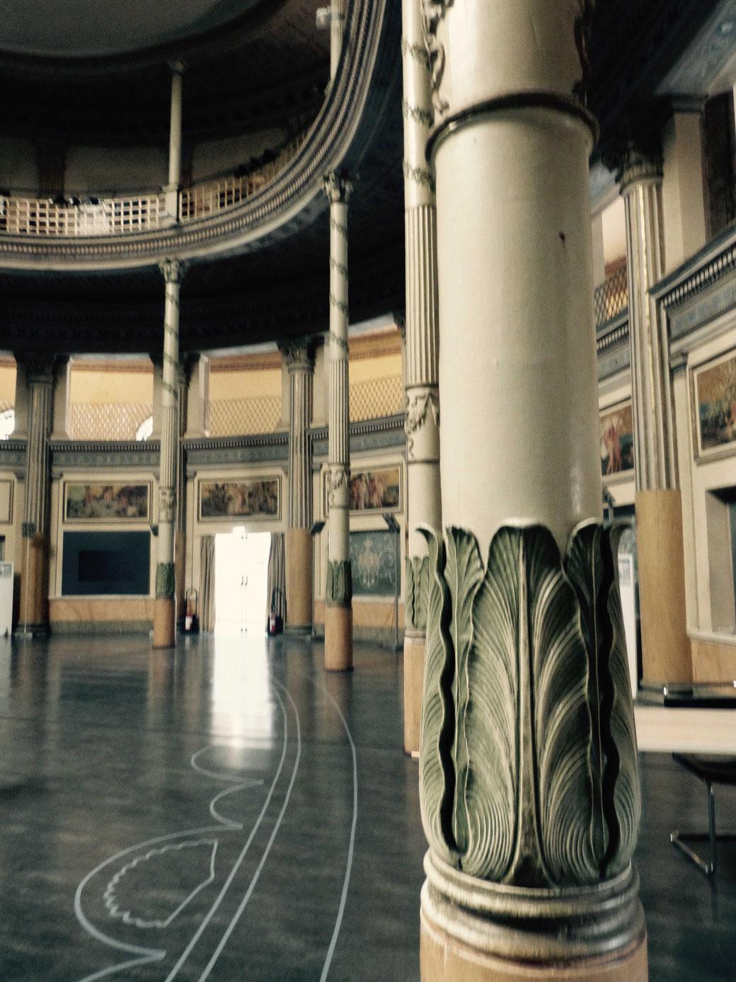 Mit den umlaufenden Balkonen versprüht der Saal, in dem einst die Fischbassins gestanden haben, ziemlich viel Theater-Flair.