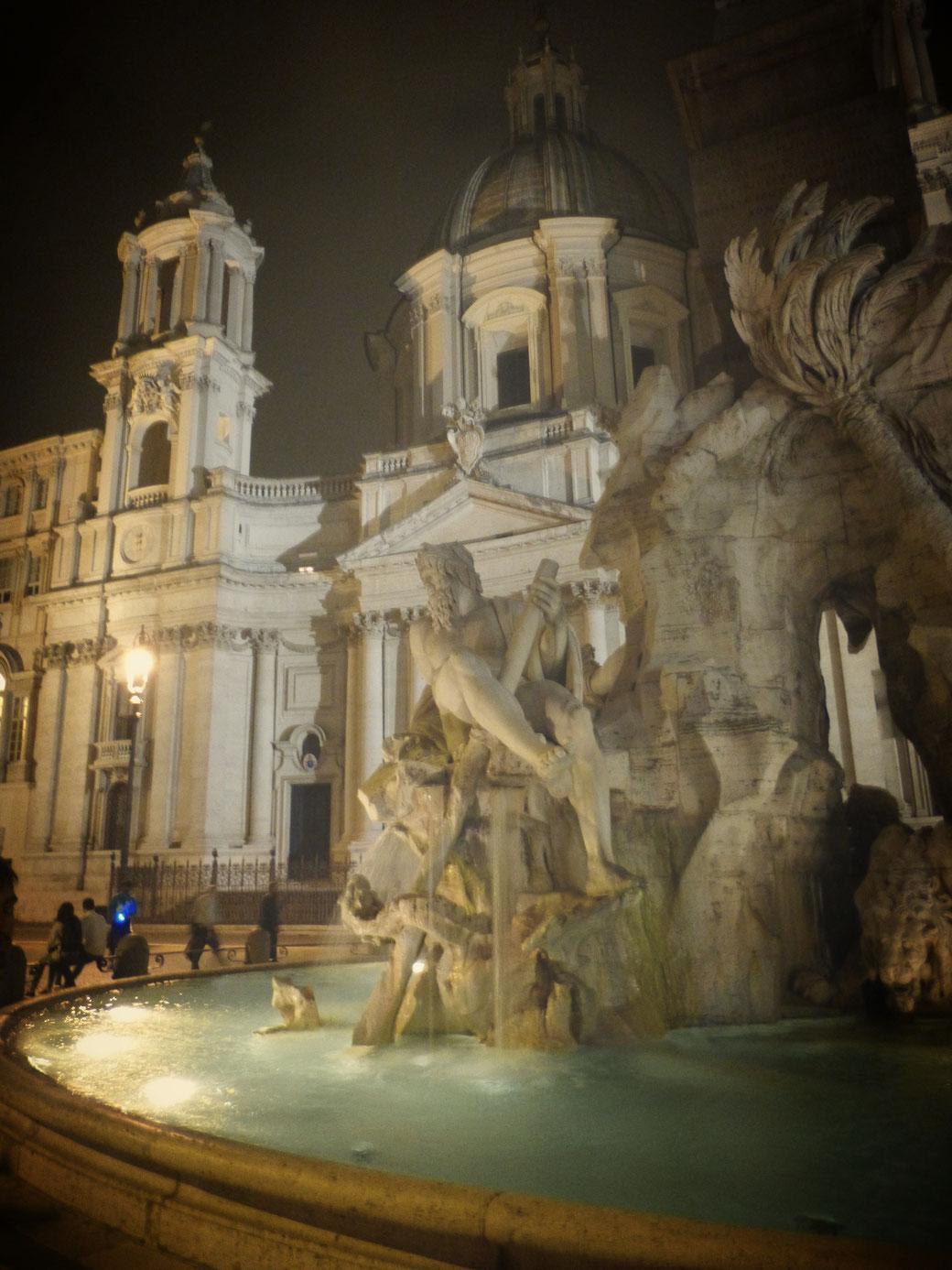 Der Vierströmebrunnen auf der Piazza Navona ist einer der Lieblingsbrunnen von Nacktbadern aus aller Welt.