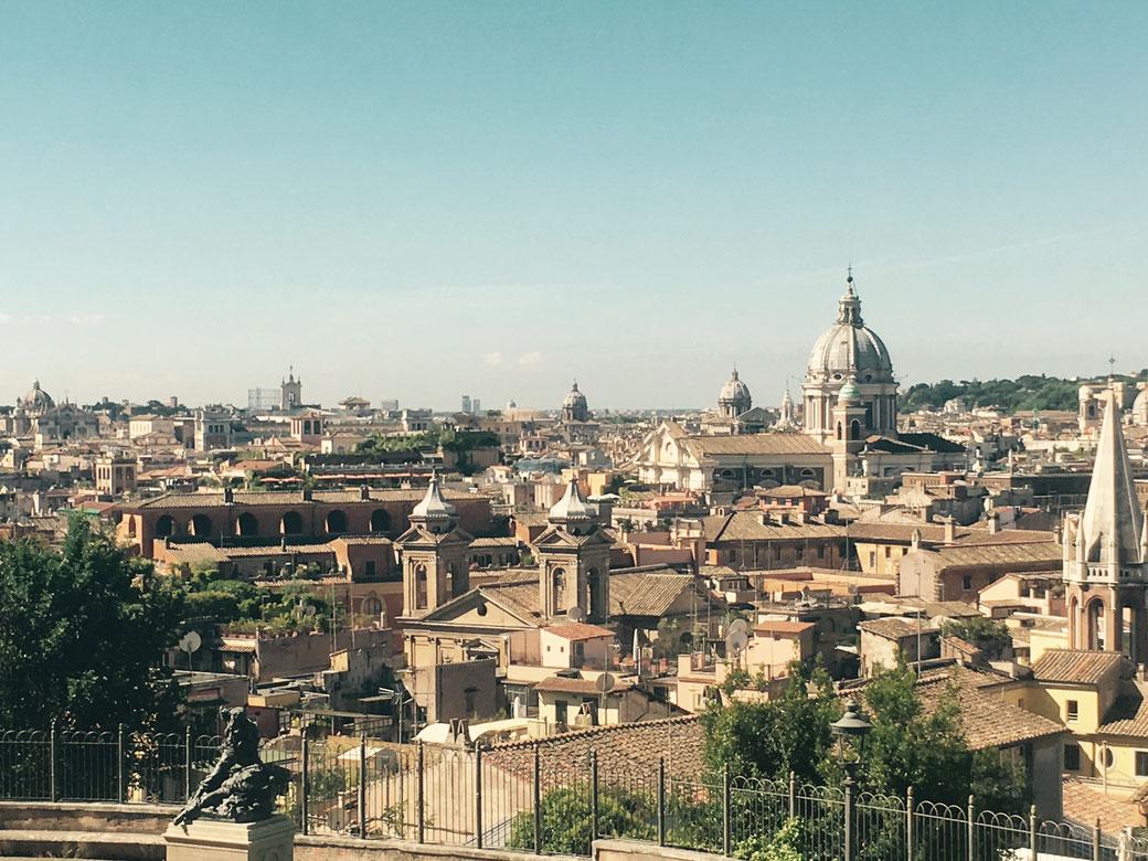 Vom Pincio Hügel aus liegt dem Rombesucher das Dächermeer der Ewigen Stadt zu Füßen