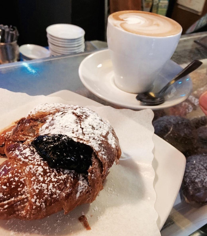 Reichlich Marmelade steckt in diesem Frühstückshörnchen. Perfekt dazu passt ein cremiger Cappuccino.