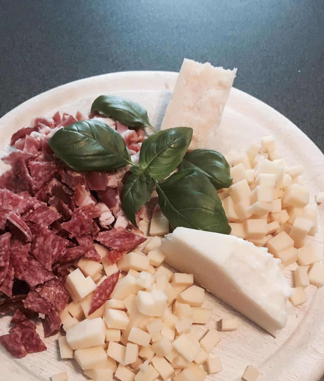 """Viel Käse, Wurst und Speck gehören in """"meinen"""" casatiello."""