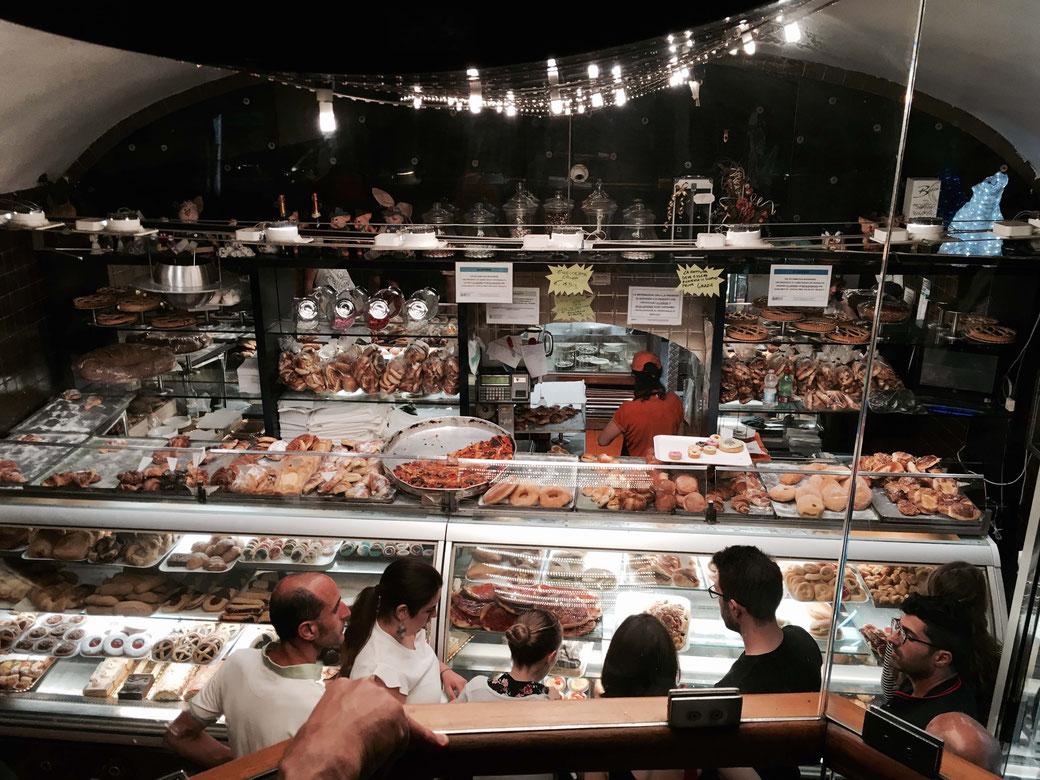Dolce Maniera in Rom - Die Bäckerei hat 24 /7 geöffnet. Ein Service, den vor allem römische Nachtschwärmer nutzen.