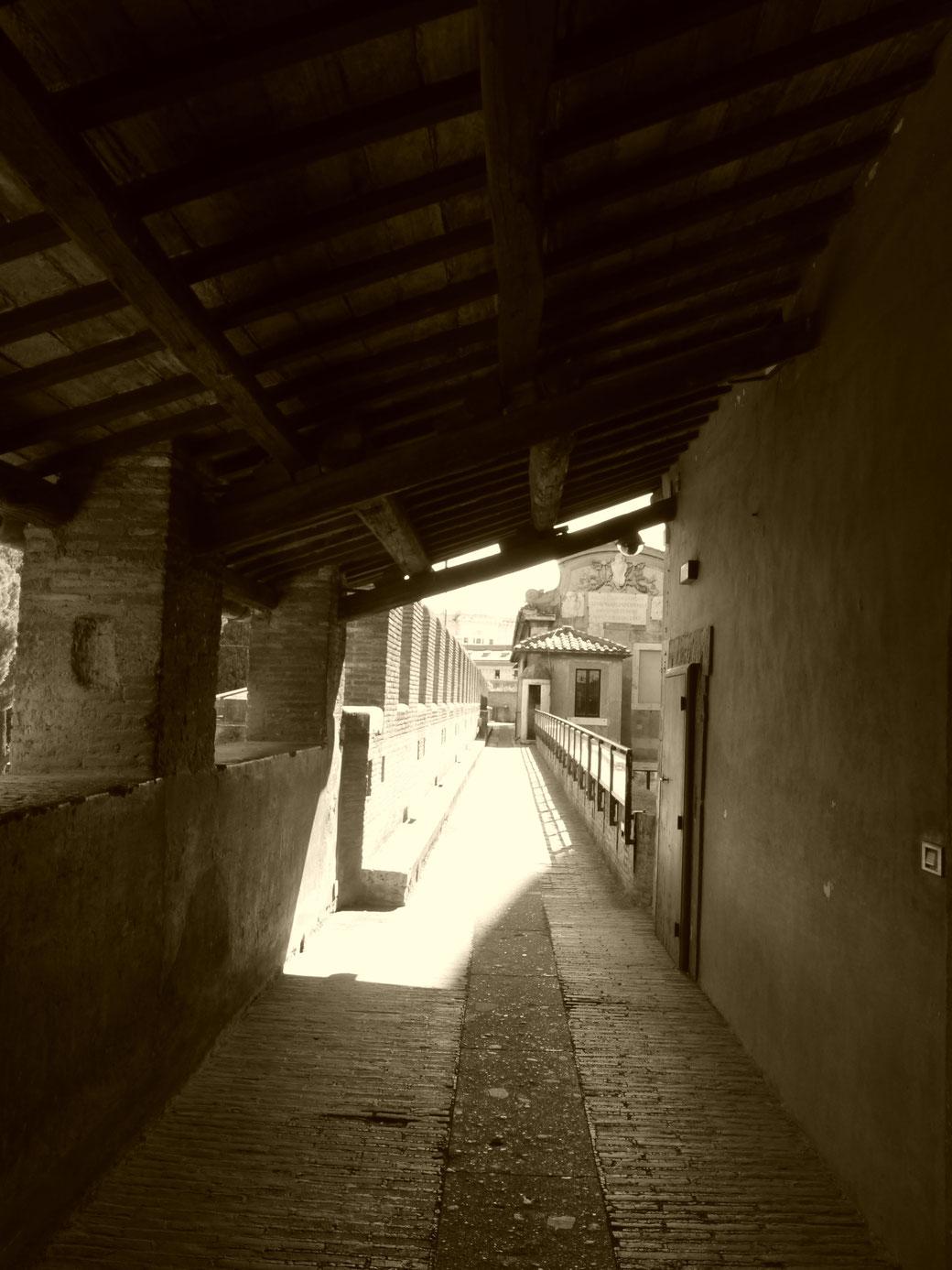 Lange Gänge umfassen das Innere der Engelsburg.