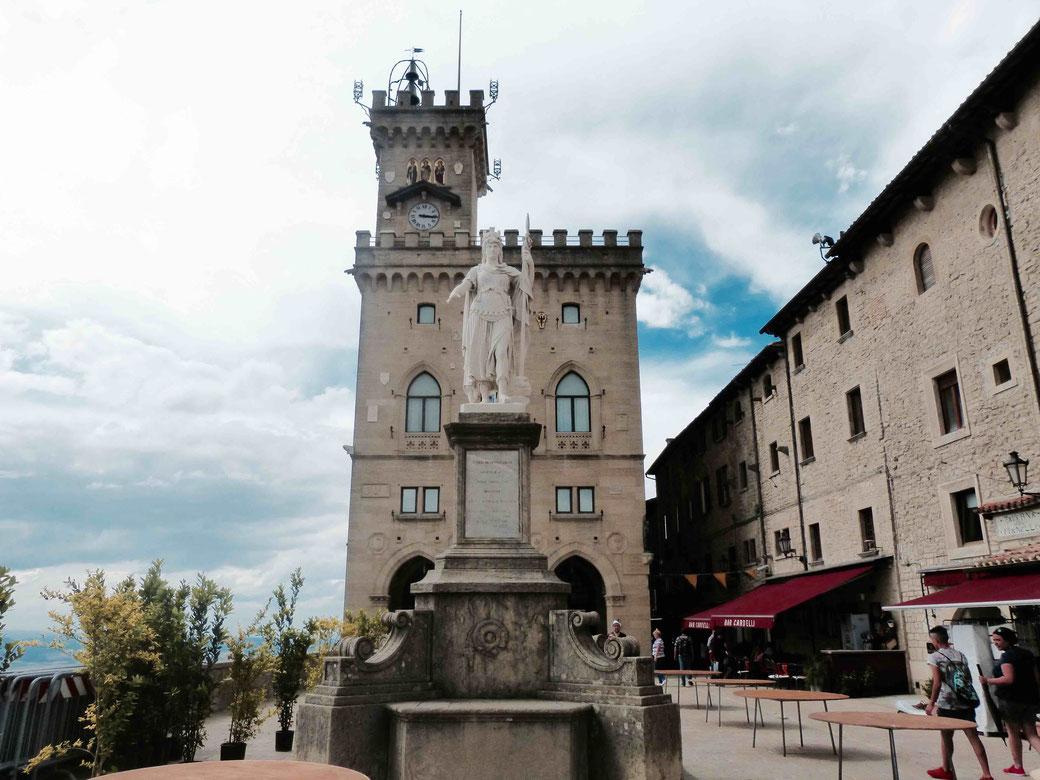 Piazza della Liberta samt dem Palazzo Pubblico in San Marino