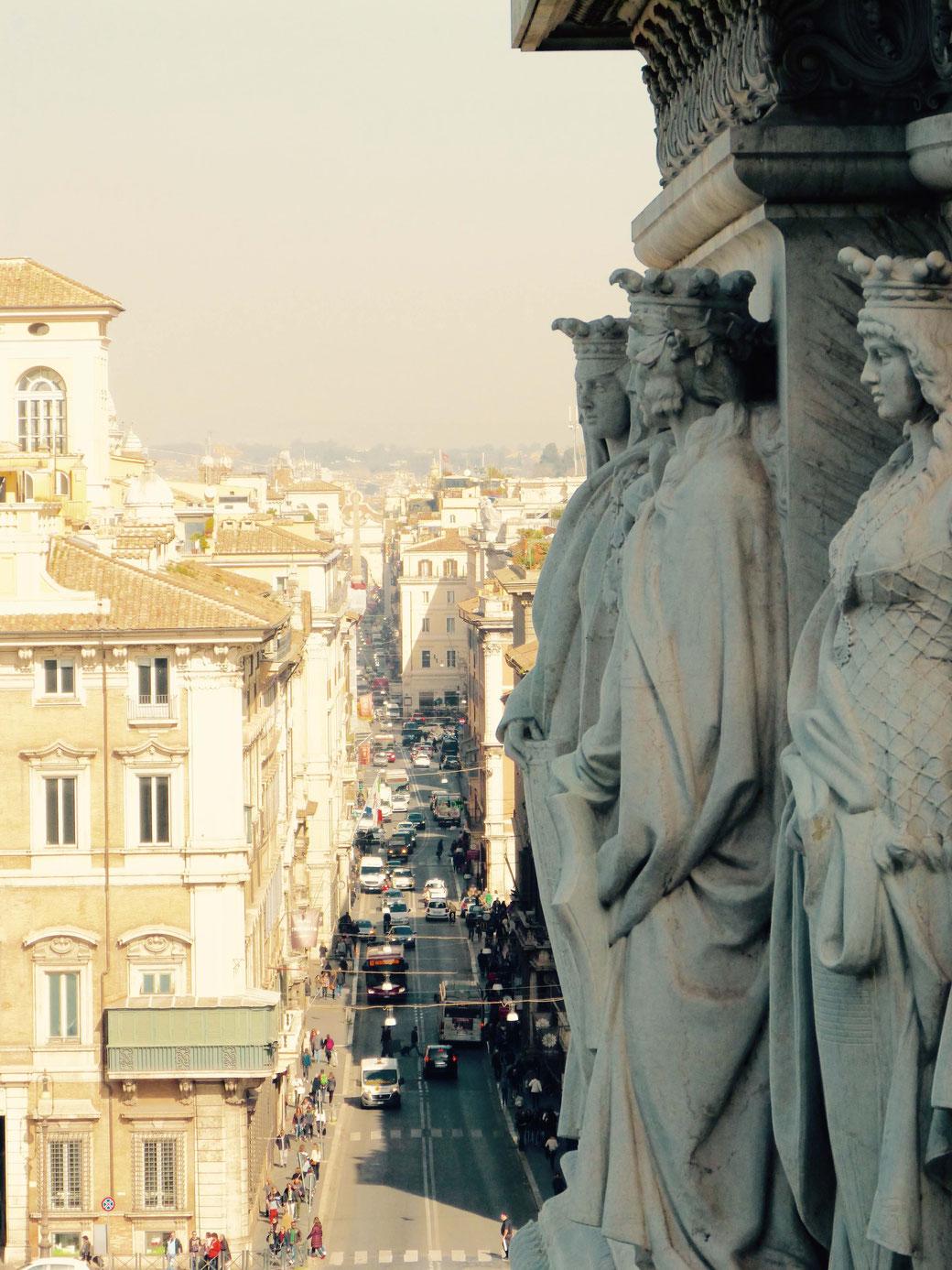 Am Ende der schnurgeraden Einkaufsmeile Via del Corso reckt sich ein Obelisk auf der Piazza del Popolo in die Höhe.