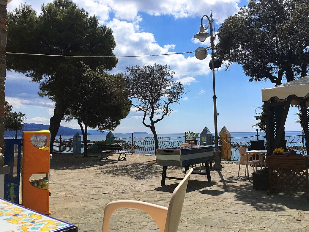 Von der Promenaden-Cafés in Pioppi hat man einen herrlichen Blick aufs Meer.