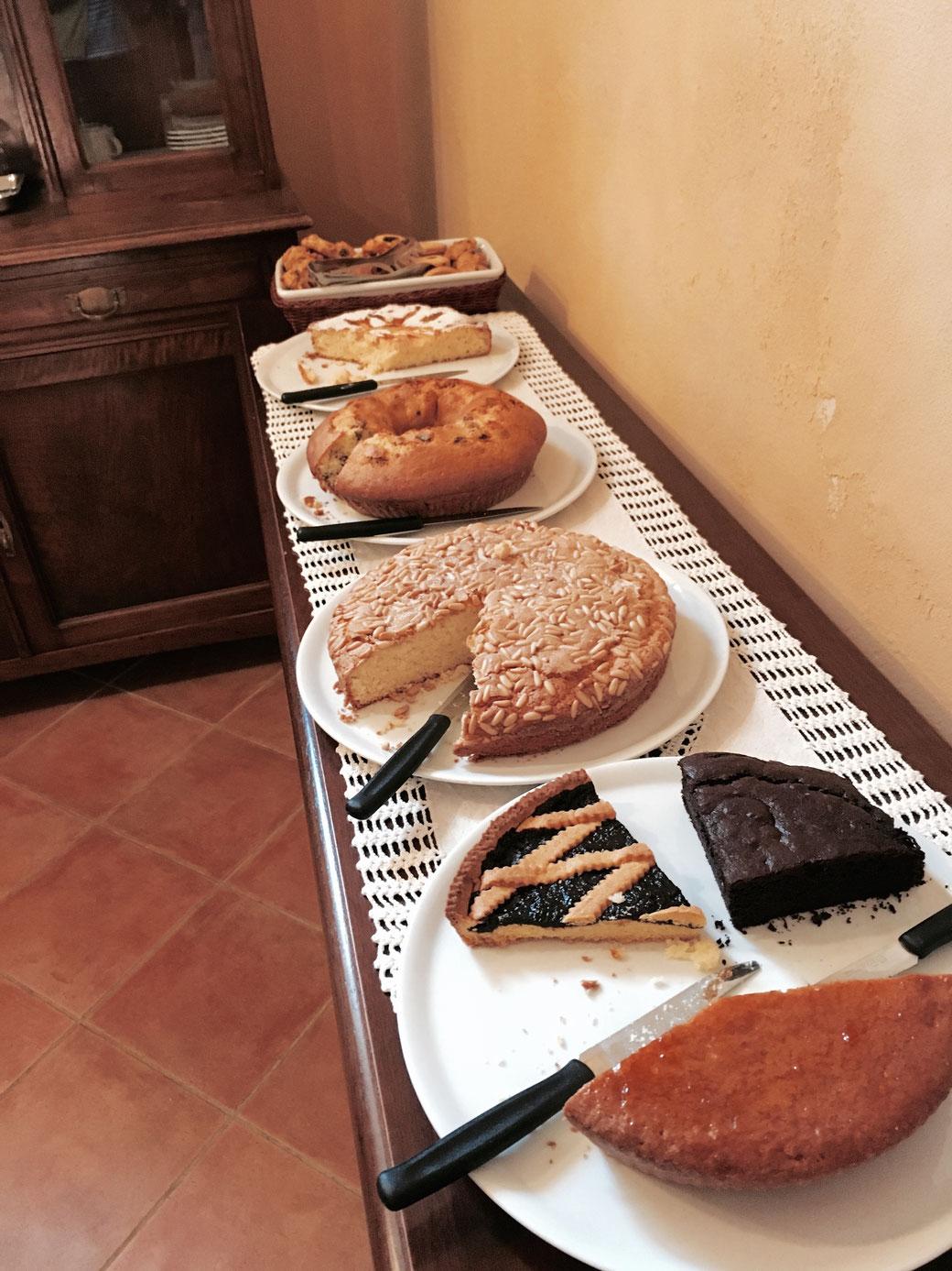 Das morgendliche Kuchenbuffet in einem Agriturismo (Ferien auf dem Bauernhof auf italienisch) in der Nähe von Montepulciano.