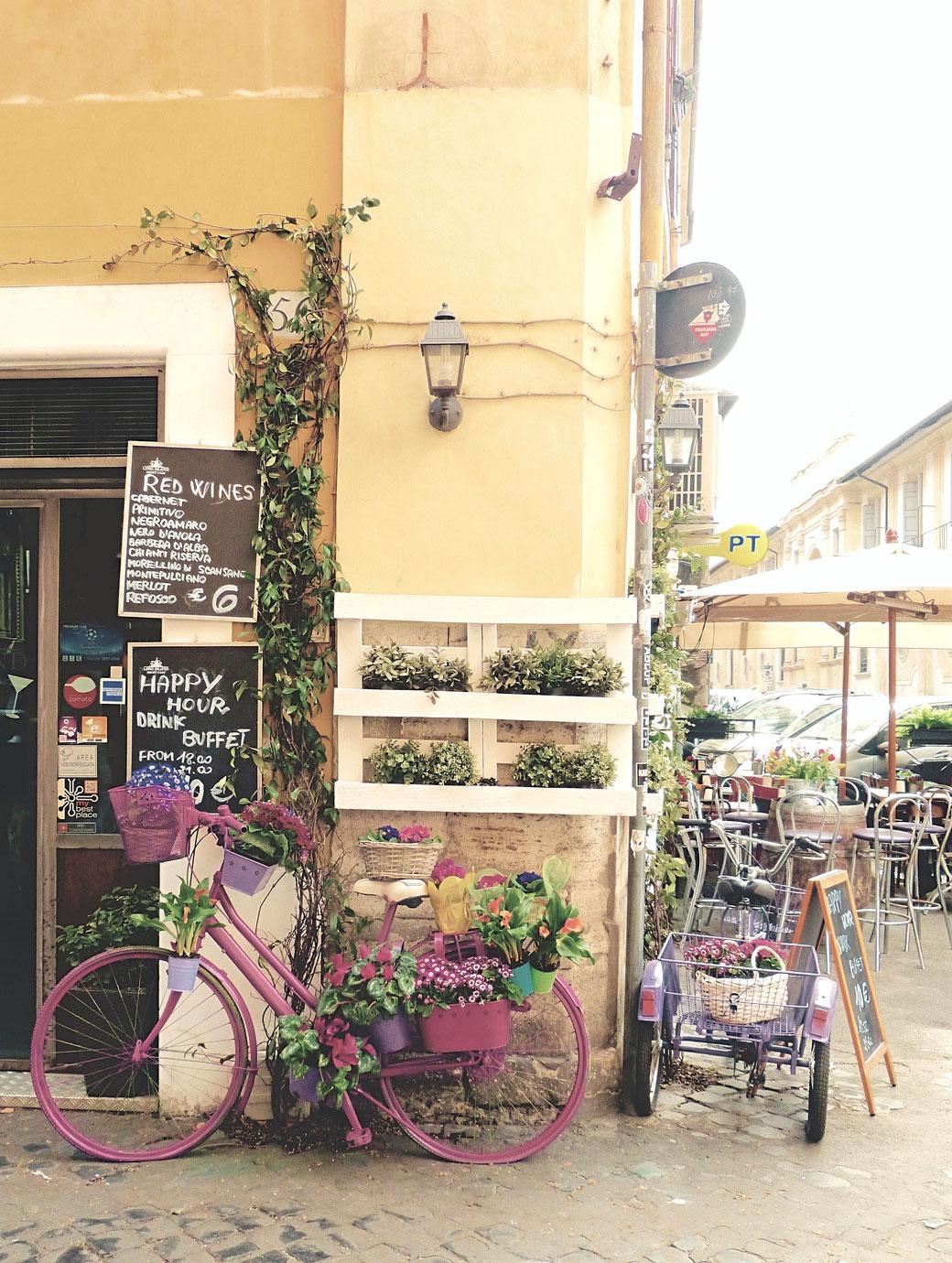 Straßenschmuck in Trastevere - Nicht an jeder Ecke bemüht sich das Viertel so farbenforh um die eigene Klischee-Erfüllung