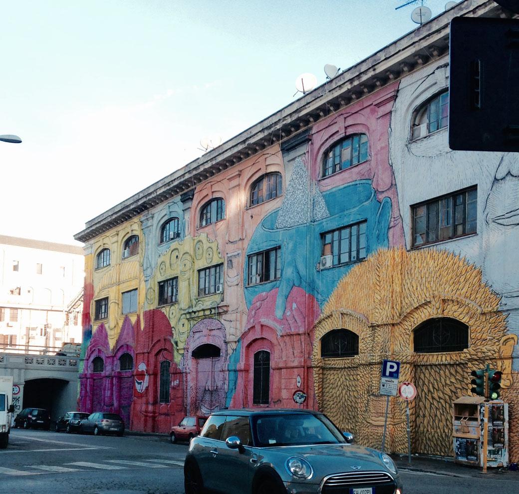 In Ostiense ist Street-Art schon länger zu Hause. Der Künstler BLU hat eine komplette Ex-Kaserne zum Kunstobjekt verwandelt.