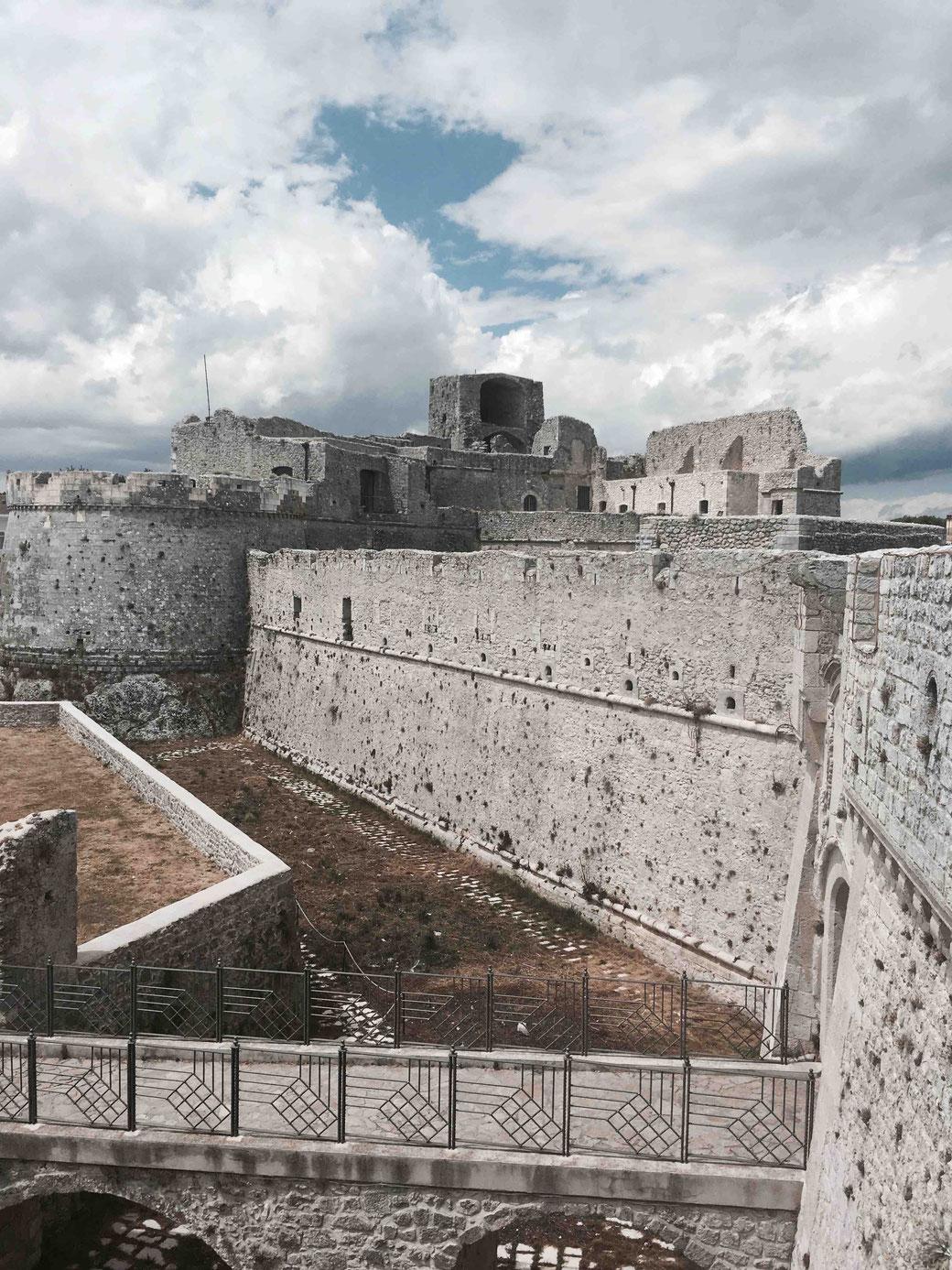 Im Kastell von Monte Sant´Angelo soll der Stauferkönig Friedrich II seine Geliebte untergebracht haben.