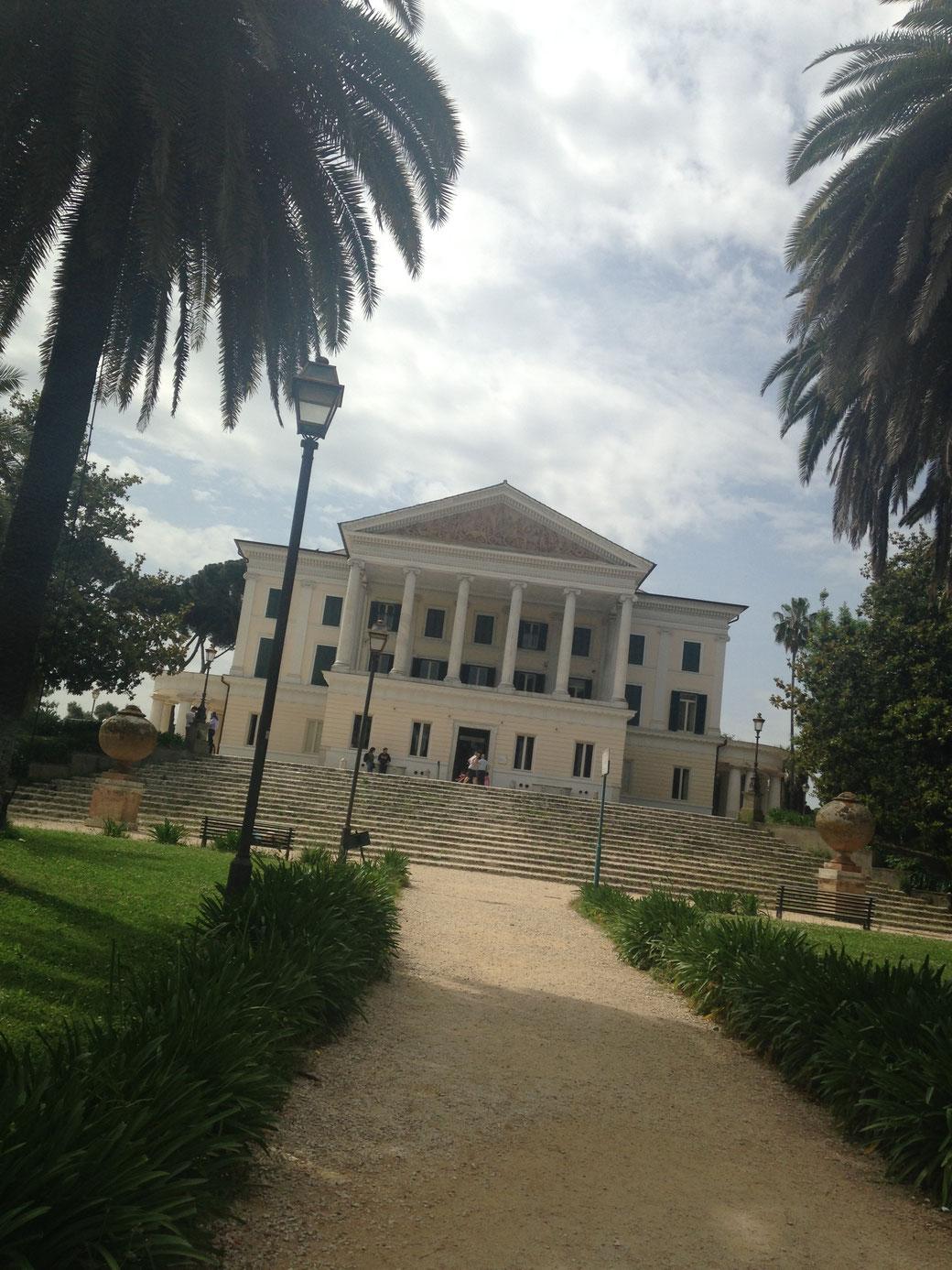 Das schneeweiße Casino Nobile in der Villa Torlonia in Rom