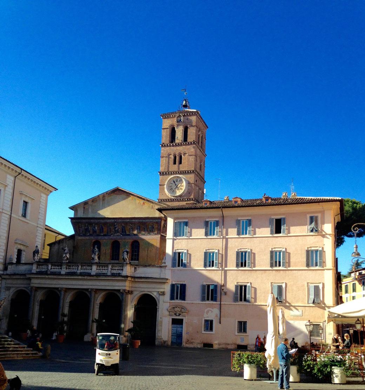 Rom - Trastevere - Piazza Santa Maria in Trastevere / Der tagsüber pittoreske Platz wird im Dunkeln zur Flaniermeile von Nachtschwärmern