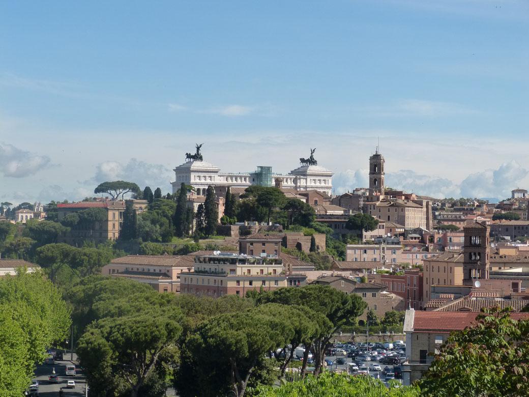 Ausblick vom Belvedere des Orangengartens in Rom auf das Vittoriano.