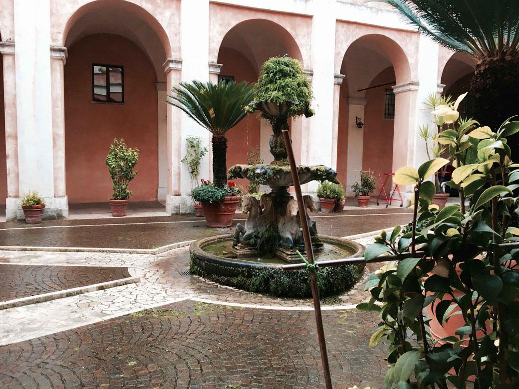 Die Kirche Santi Cosma e Damiano hat einen wundervollen Innenhof
