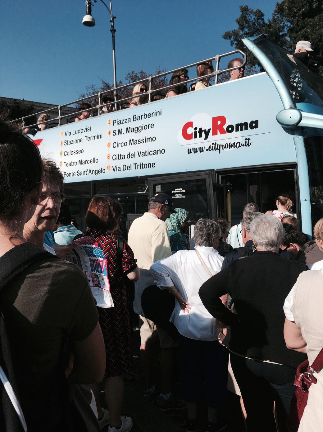 Der Fairness halber: Es staut sich auch an den Bussen anderer Anbieter - ganz unabhängig davon ob einer Busse defekt ist oder nicht.