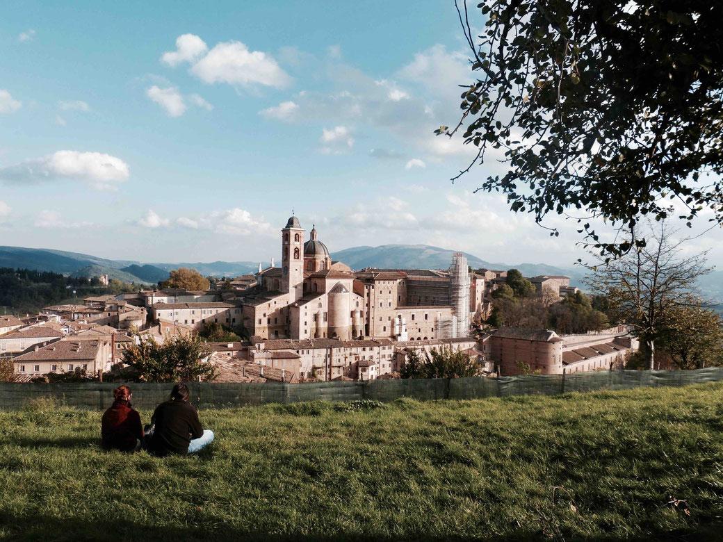 Urbino - Palazzo Ducale - Der Blick vom Parco della Resistenza auf das Renaissance-Städtchen ist einzigartig schön
