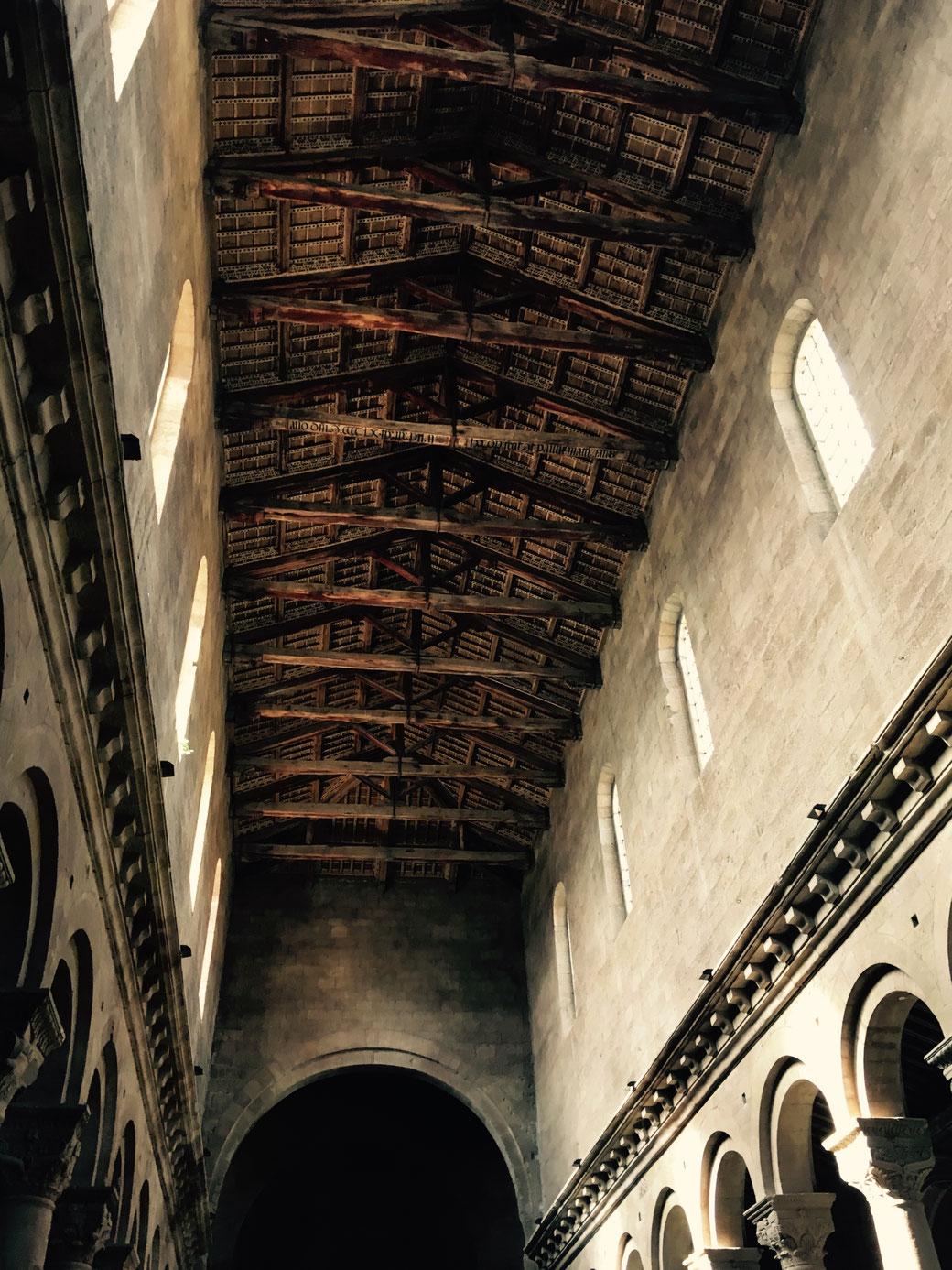 Bei der Deckenkonstruktion lohnt sich ein Blick nach oben in der Kathedrale San Lorenzo