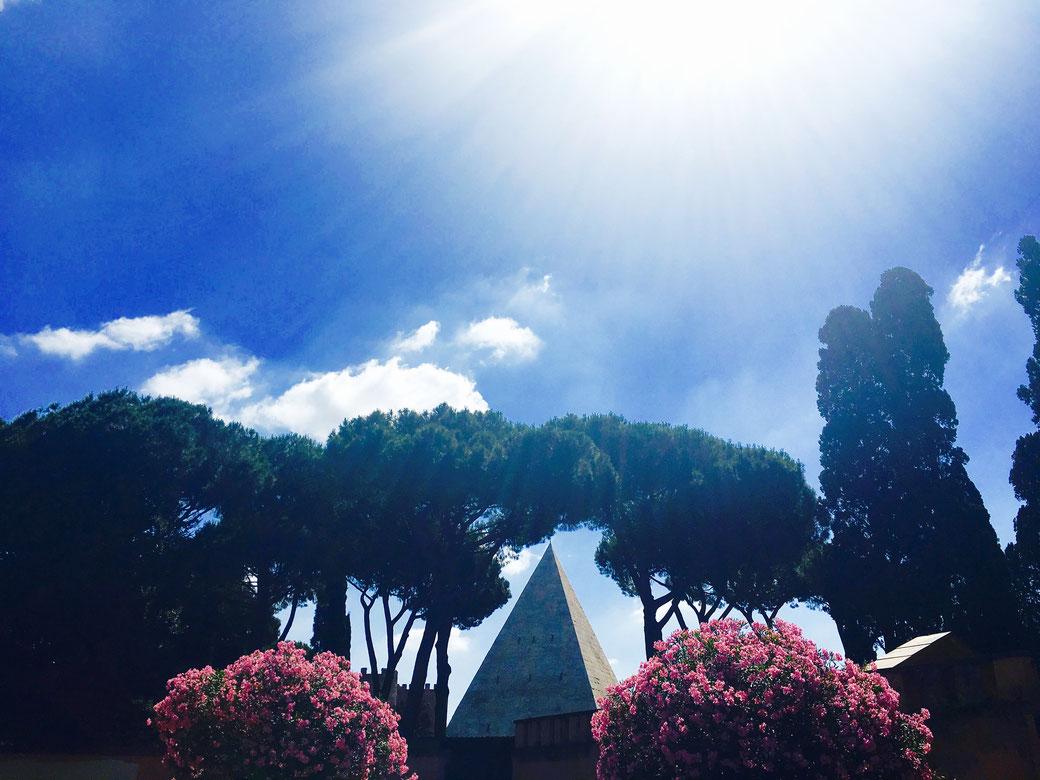 Die Cestio Pyramide ist eines der ungewöhnlichsten Bauwerke in Rom. Ein Volkstribun hatte sie sich als extravagantes Grabmal errichten lassen.