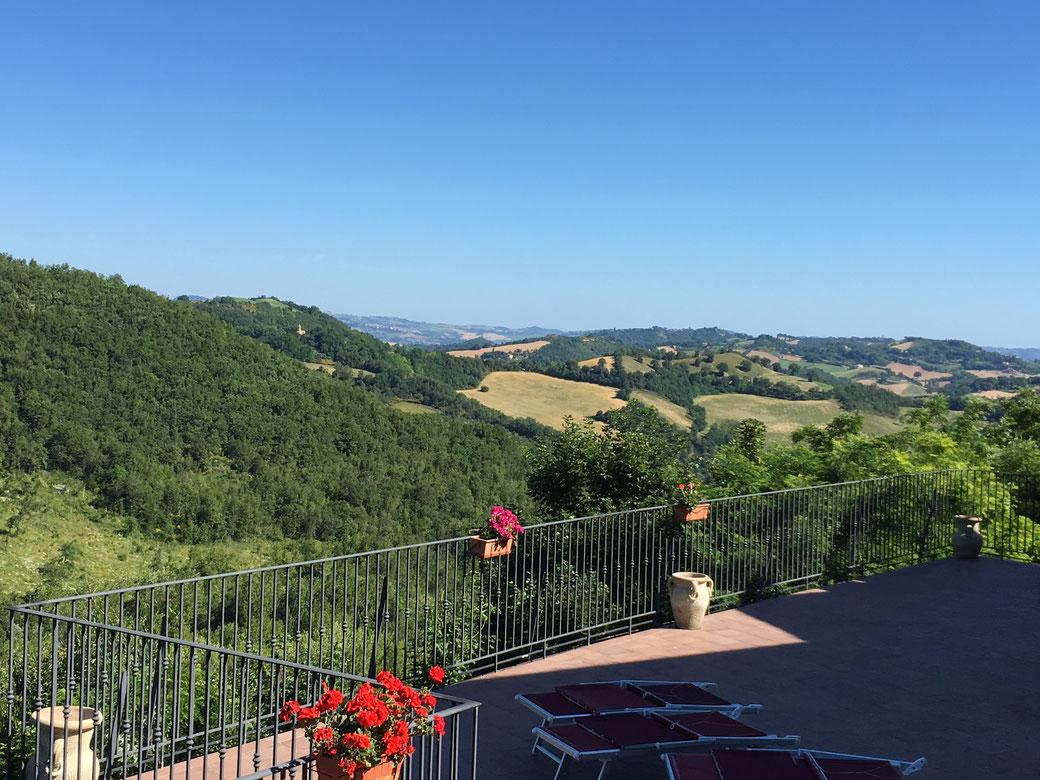 Ausblick vom Colleverde Country House in die hügelige Landschaft der Marken.