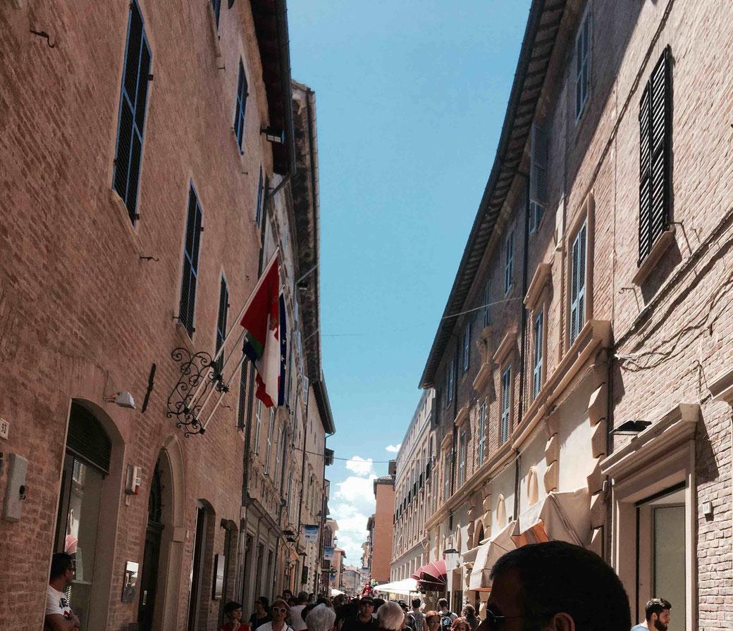 Die Altstadt von Fano - Ganz schön voll am Markttag