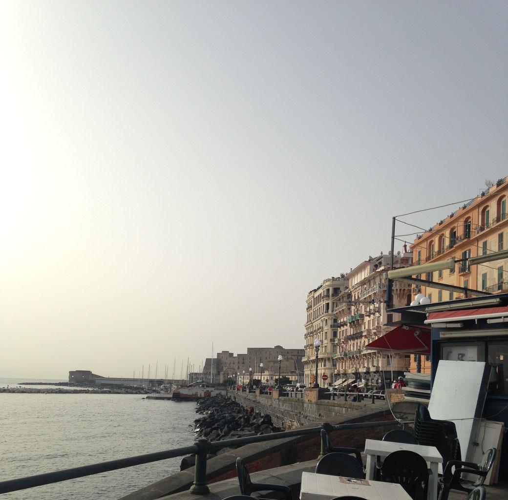 Vorbei an schicken Hotels gelangt man entlang einer Promenade zum Castel dell` Ovo.