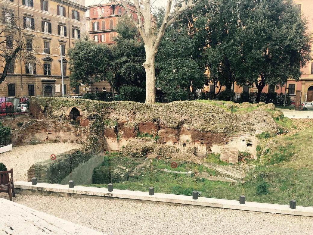 Antike Überbleibsel im kleinen Park des Acquario. Zur Zeiten der alten Römer befanden sich in dieser Gegend schicke Landhäuser, Gärten und Weingüter.