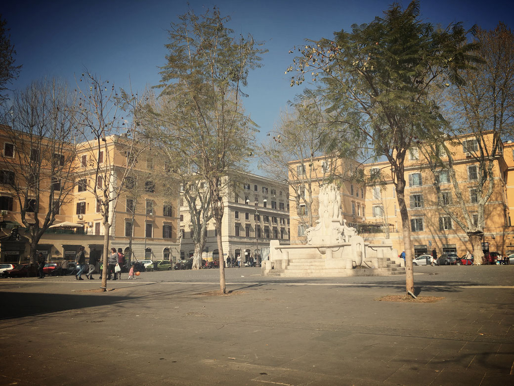 Rund um die Piazza Testaccio stehen Bänke, von denen aus man prima den römischen Alltag beobachten kann.