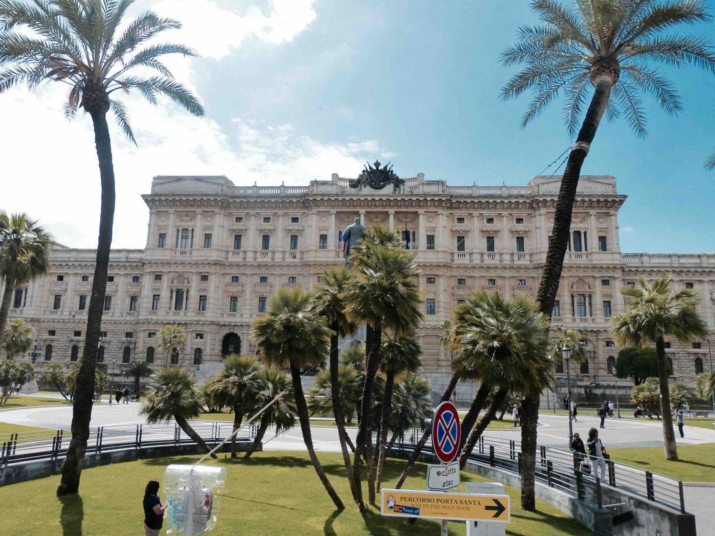 Die Piazza Cavour in Prati stand nicht auf dem Fahrplan. Die spontane Routenänderung brachte unverhofft schöne Ausblicke.