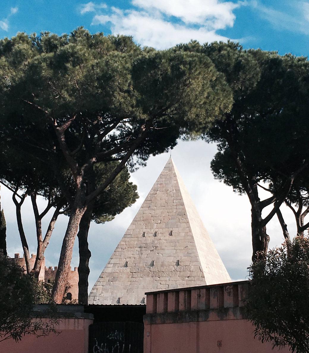 Die Cestio Pyramide - In ihrem Schatten liegt der Friedhof für Nichtkatholiken. Hier liegen Mary´s Mann und eines ihrer Kinder begraben.