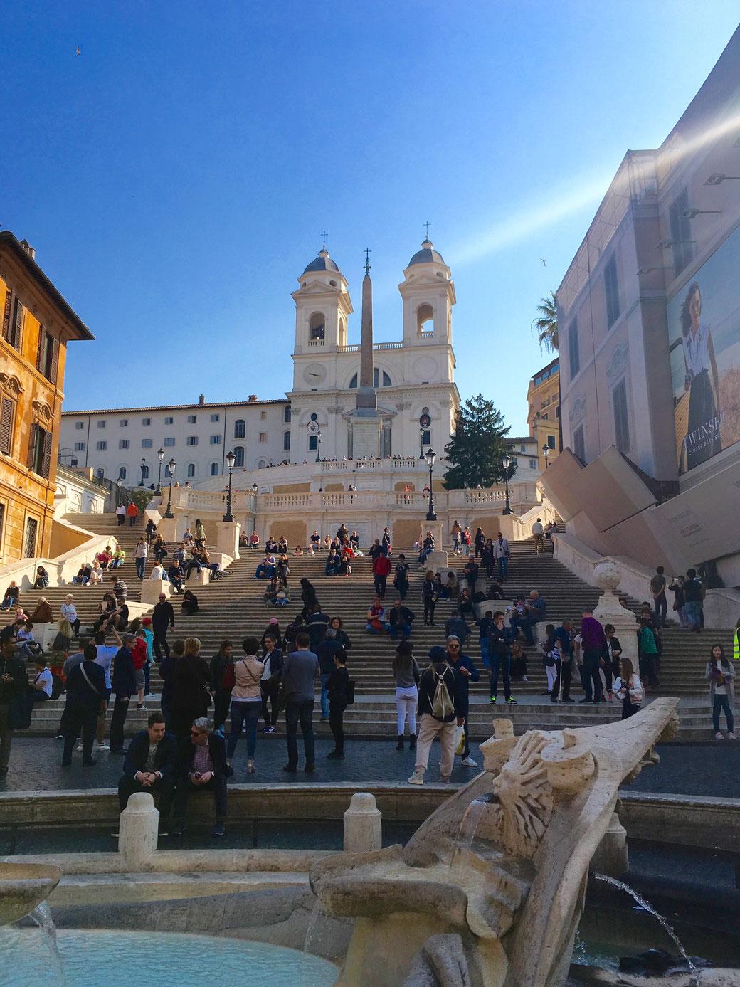 Spanische Treppe mit der Kirche Santa Trinità dei Monti.